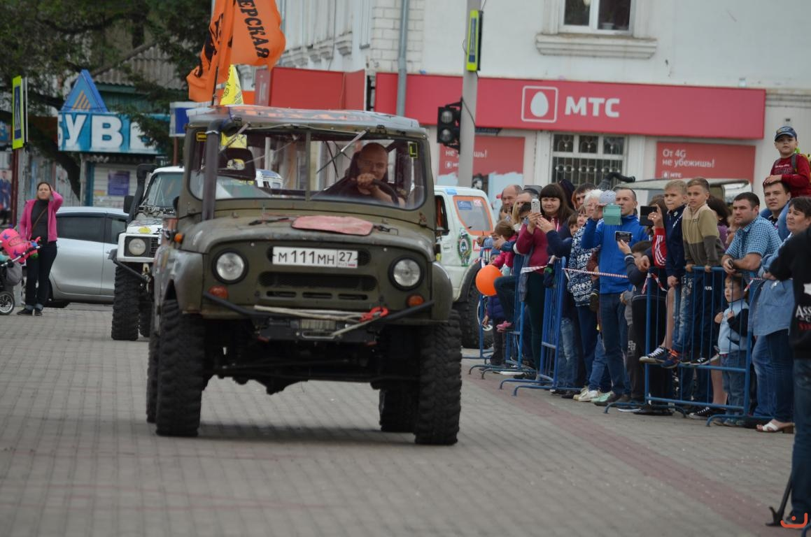 Открытие на центральной площади Белогорска. Экипаж УАЗа.